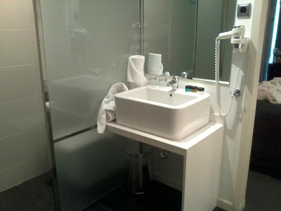 Air Rooms Barcelona Airport by Premium Traveller: Lovely modern bathroom area