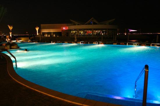 Hilton Doha: Pool at night