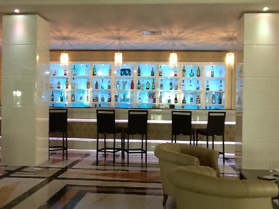 Grand Hotel Nastro Azzurro & Occhio Marino Resort: Bar- Notice the queue for drinks !