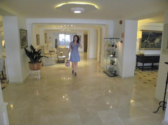 Hotel Illa d'Or: Main entrance of the hotel-reflects the communal areas very well
