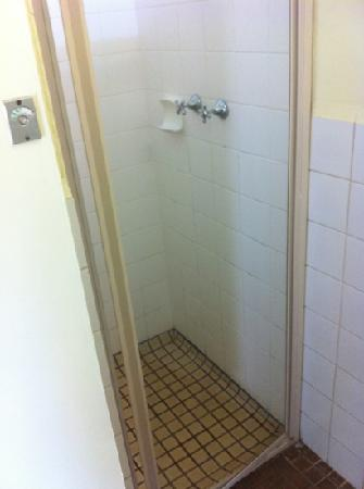Esperance Seafront Caravan Park: large shower cubicles- with shower screen- great idea