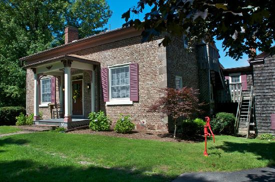 Maxwell Creek Inn Bed & Breakfast: Historic 1846 Cobblestone Home