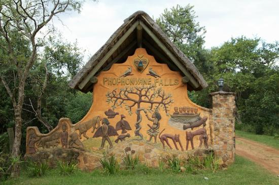 Phophonyane Falls Ecolodge and Nature Reserve: The entrance gate to the Lodge's grounds