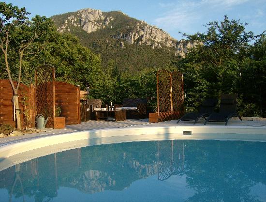 Le Jardin des Gorges: Espace piscine en fin de journée