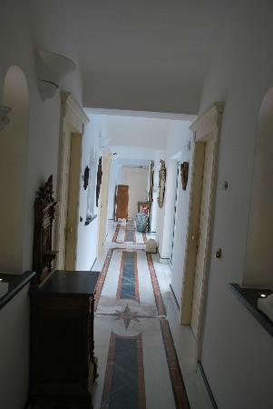 Hotel Bussola: View of hotel corridor