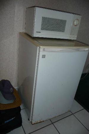 Seaside Inn & Suites: Verrosteter Kühlschrank