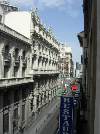 Hostal Veracruz II: View from our window over Calle San Jeronimo (Street)/ Vista do quarto sobre a Calle de San Jero