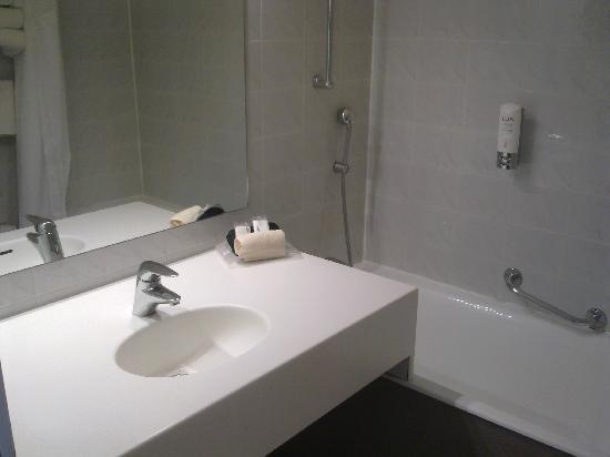 Grand Hôtel de Nîmes : Salle de bain