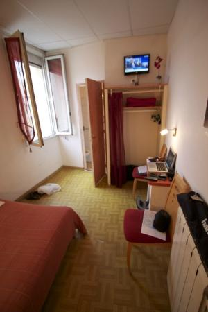 Hotel Le Commerce: Room 4 from entrance