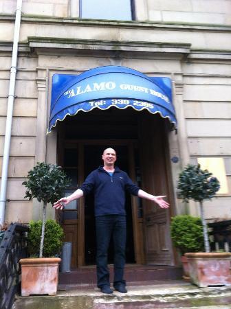 Alamo Guest House: Owner Steve in the doorway!