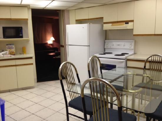 Econo Lodge Motel Village: Roomy Kitchen