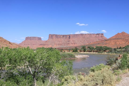 Colorado Riverway Recreation Area: looking towards the cabins of the Red Cliffs Lodge