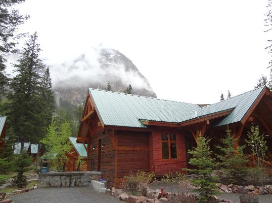 Cathedral Mountain Lodge: View of the main lodge