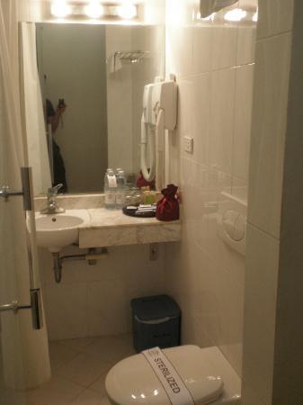 Hoa Binh Hotel: Bathroom