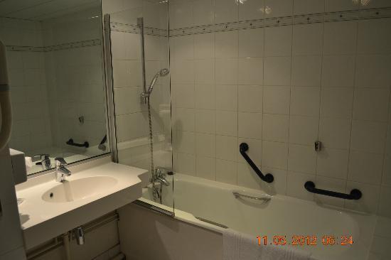 Hôtel Mercure Arras Centre Gare: Tub and Shower