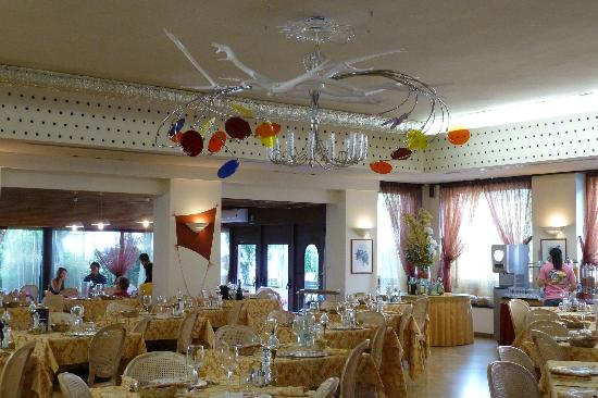 Hotel Catullo: Chandelier in dining room