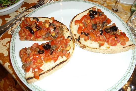 Hotel Catullo: Bruschetta with tomatoes, olives, mushrooms and garlic!