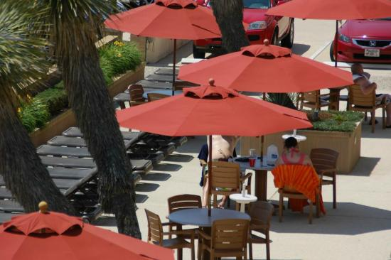 Desert Sand Resort: Our view from the 3rd floor walkway overlooking the pool area