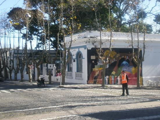Avenida General Flores: La escuela