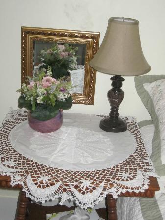 City Lights Inn : bedside table in White room