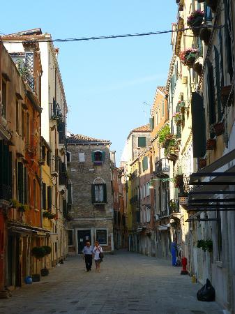 Hotel San Samuele: the street