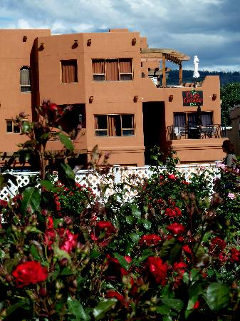 Casa Grande Inn: The Penticton Rose Garden is right across the street