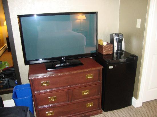 The Hotel on Pownal: tv and coffee/tea maker