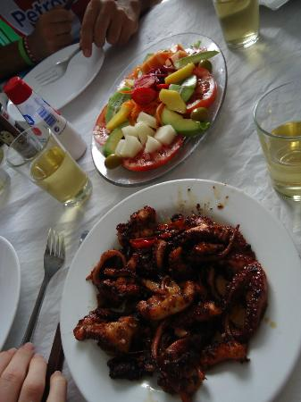 Casa Africa - Bar Playa: salad and fried octopus