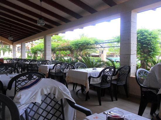 Zafiro Menorca: Outside terrace area at the buffet restaurant