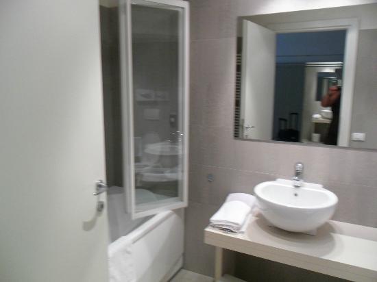 Cube Hotel: bagno