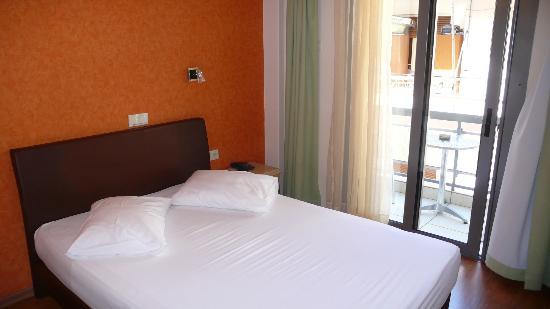Hotel Lilia : Bedroom with small balcony