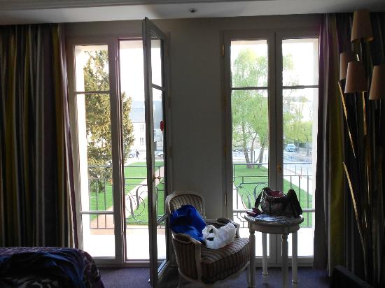 Villa Lara Hotel: French Doors in Bedroom