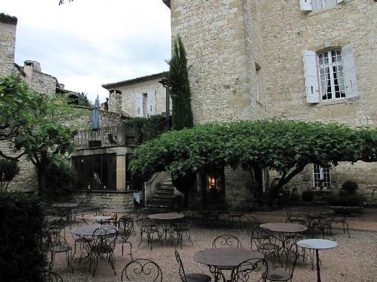 Château d'Arpaillargues : Cour intérieure et son figuier