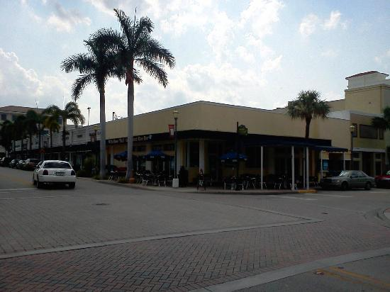 Rinelli's Yellow Tail: Outside view of the restaurant from orange avenue driving west