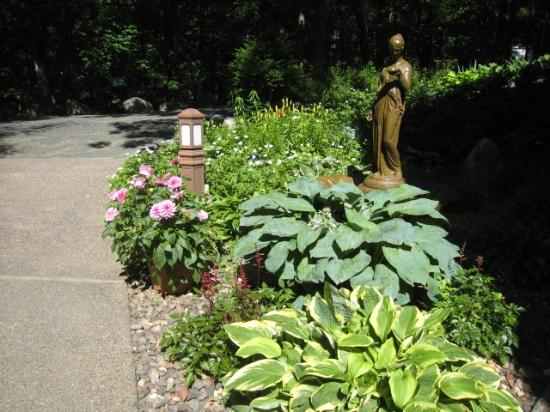 High Woods Bed and Breakfast: The landscaping was beautiful and very peaceful.