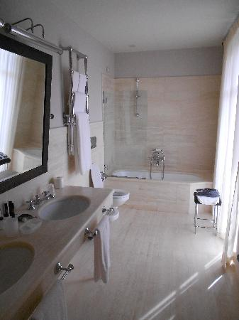 Villa d'Amelia Relais: Our bathroom