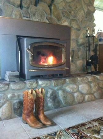 Rye Creek Lodge : Wood fireplace- fresh cut wood was provided free! Very romantic.