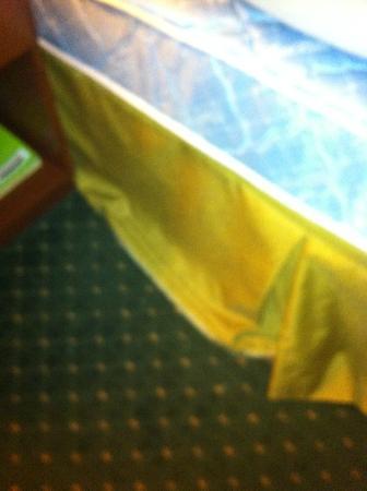 Courtyard Texarkana: Bed skirt was torn