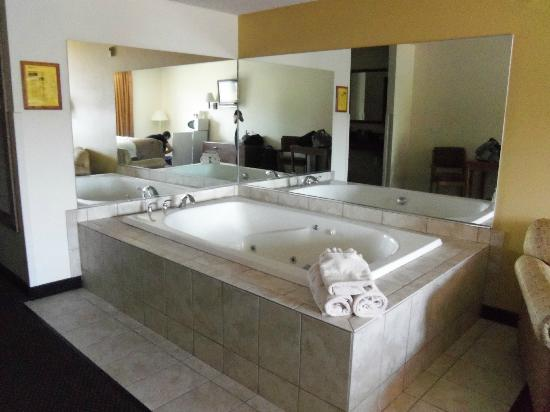 Ramada Wisconsin Dells: The jacuzzi, easily held both of us with plenty of room.