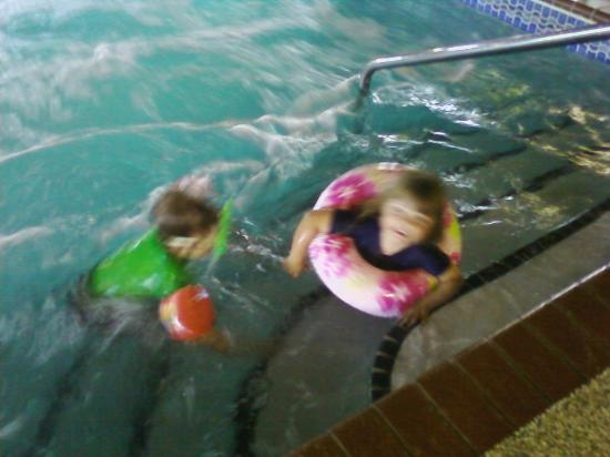 AmericInn Lodge & Suites Shakopee - Canterbury Park: Easy steps to get in and out of the pool