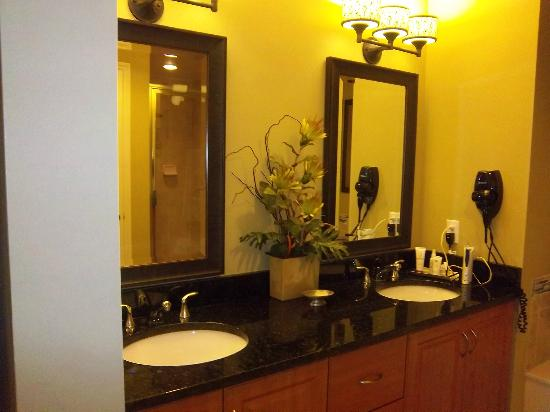 Holiday Inn Club Vacations Marco Island Sunset Cove : Updated double mirrors and sinks, along with a tub and very large shower are a part of the maste