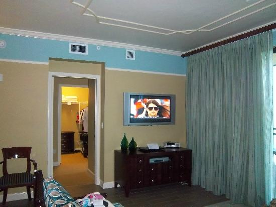 Holiday Inn Club Vacations Sunset Cove Resort: A flat-screened t.v. is located in the family room area.