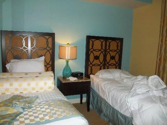 Holiday Inn Club Vacations Sunset Cove Resort: The third bedroom has twin beds, a closet and television.