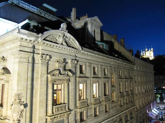 Hotel du Theatre : We could see the Notre Dame cathedral lit up at night!