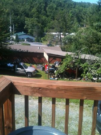 Highland Hills Motel & Cabins: Front balcony view from cabin #36.