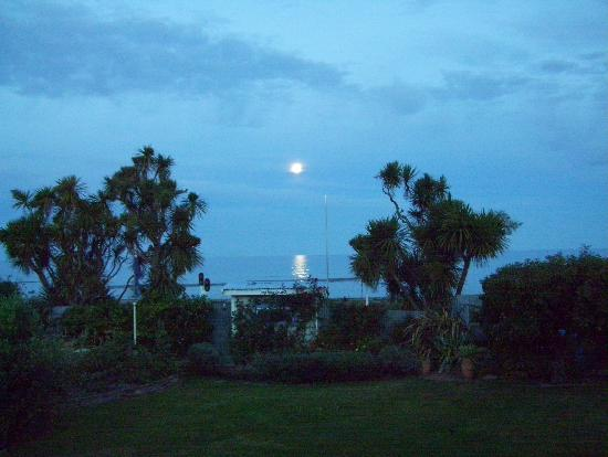 Blueberry Cottage Bed & Breakfast: Ocean view of moon