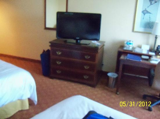 Radisson Hotel Valley Forge : wide screen TV and desk with movable surface