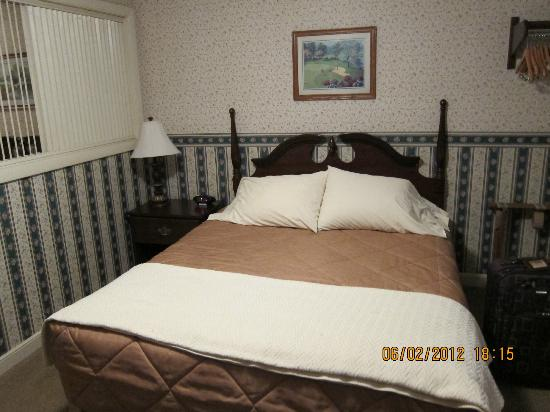 Coachman Inn: queen bed