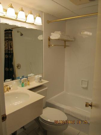 Coachman Inn: 1 st bathroom