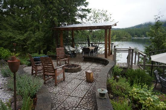 Sakinaw Lake Lodge: The firepit and patio